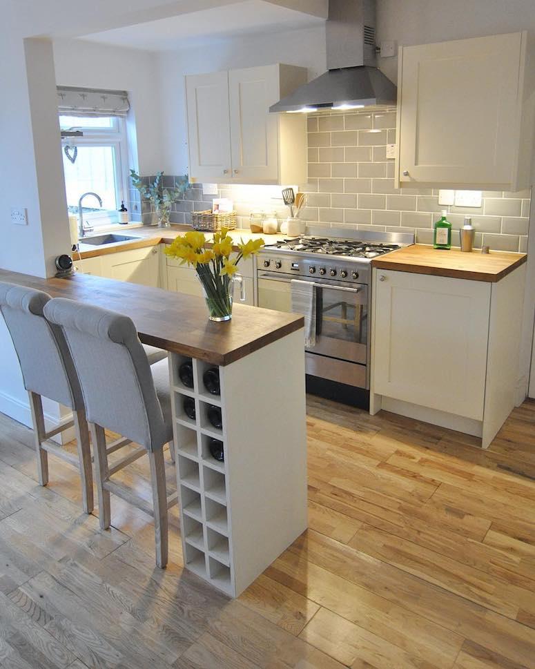 cozinha planejada com marcenaria branca e balcão